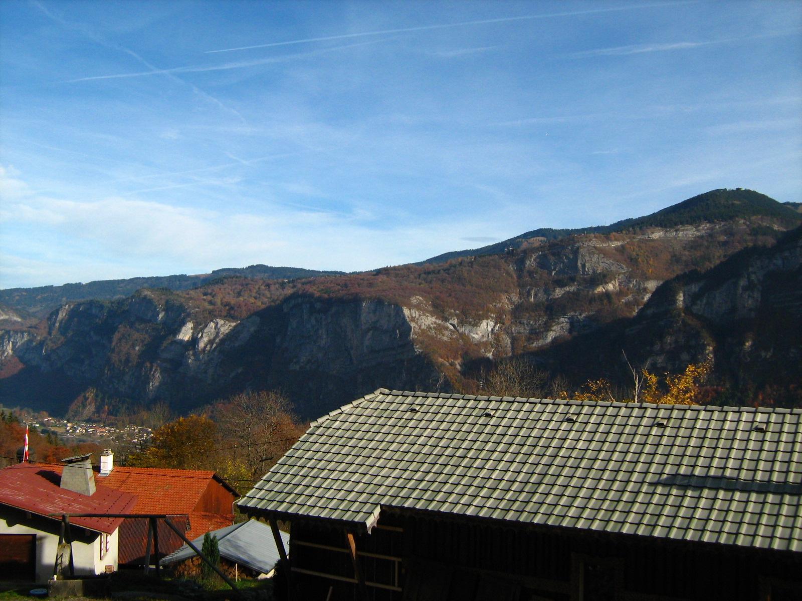 Agy, la Kédeuse Cupoir ( les Carroz) devant rocher de la Porte, fond de vallée Magland