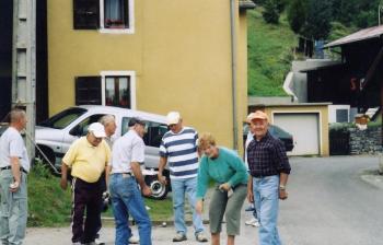 Les anciens à la pétanque.