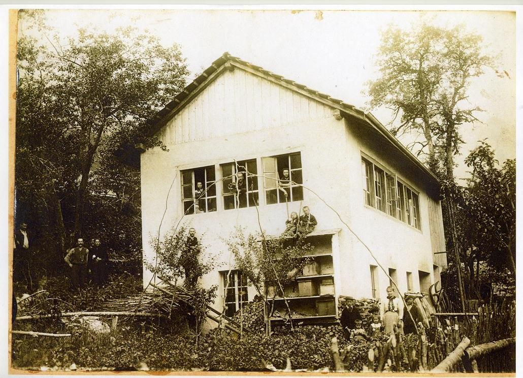 L'atelier d'horlogerie puis de décolletage, la famille et les employés vers 1900.