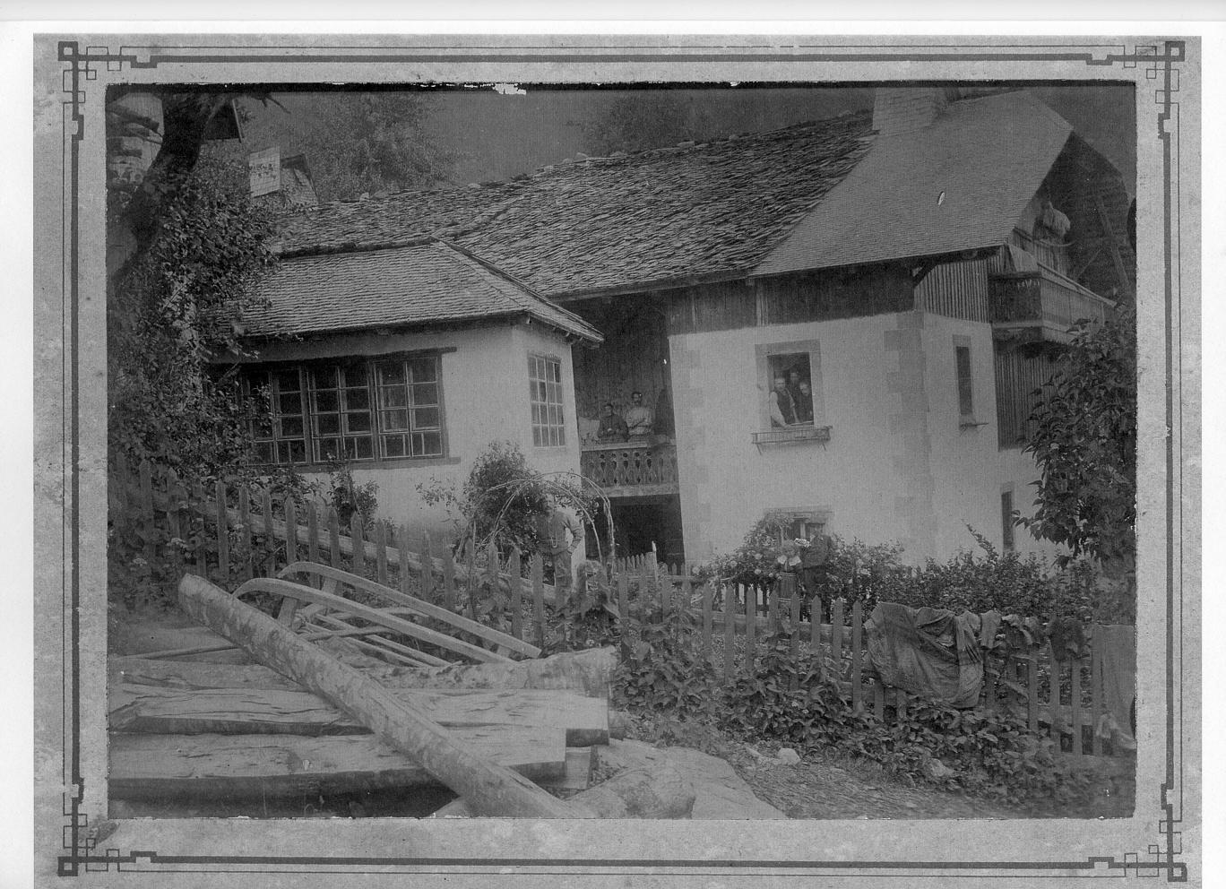 L'atelier d'horlogerie et la maison familiale Dayot vers 1900.